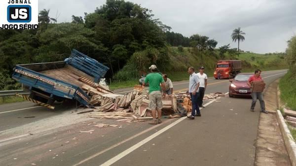 Caminhão perde a roda e espalha carga pela rodovia